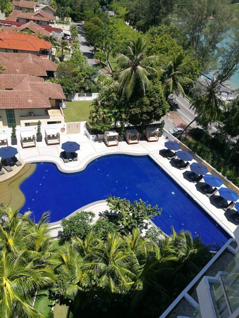 penang-hilton部屋のベランダからの眺めプールが見下ろせる一応オーシャンビュー