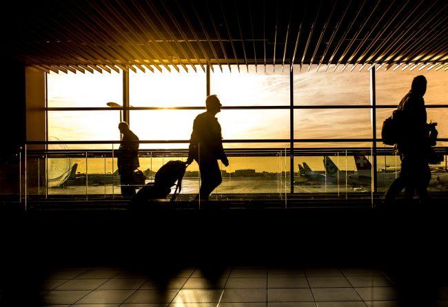 家路に急ぐ人達の多い夕暮れの空港