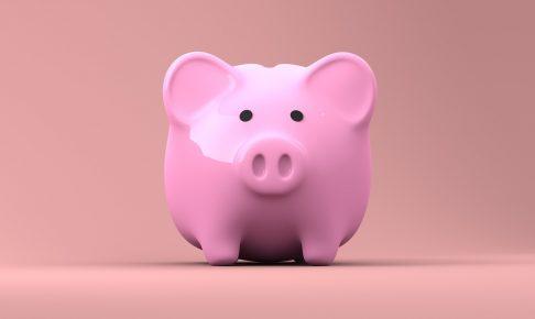 お金を貯めるピンクの豚の貯金箱