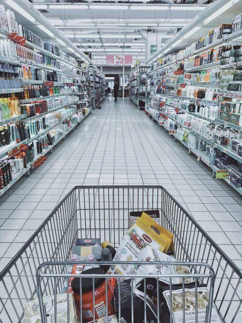 ショッピングセンターの商品が並ぶショッピング風景
