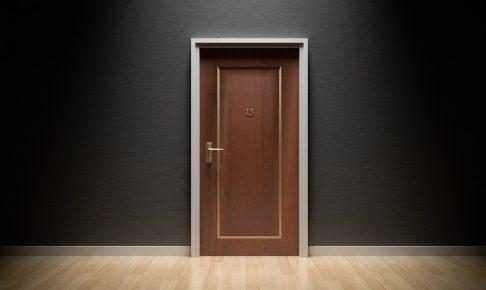 シックなホテルのウッドドア