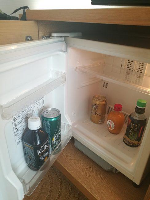 ホテル日航関西空港のビジネスクラスルームの無料ドリンク、ビール、お茶、オレンジジュース、ペリエ、黒烏龍茶