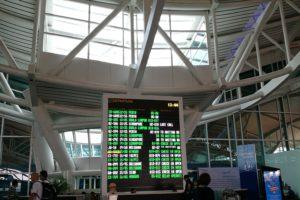 デンパサール国際空港のフライトインフォメーション掲示板