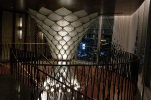 ウォルドーフアストリアバンコク最上階バーの螺旋階段