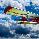 晴天の日のプロペラレトロ飛行機