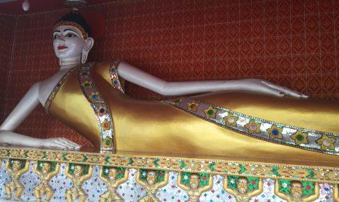 タイの寺ワットクンチャンの寝像ワットパクナムの隣にある