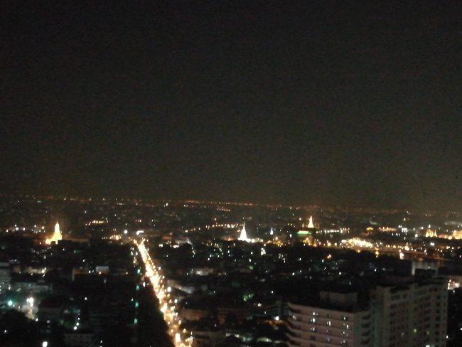 ミレニアム・ヒルトン・バンコク エウゼクティブランウンジのイブニングカクテルタイムの夜景