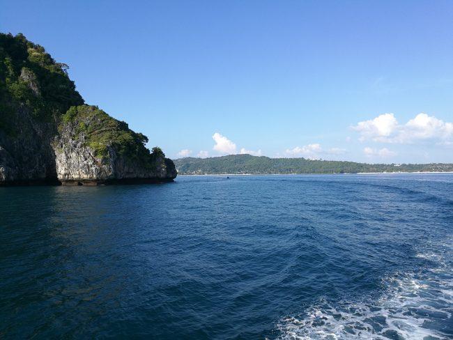 プーケットからピピ島へのフェリーから見える景色