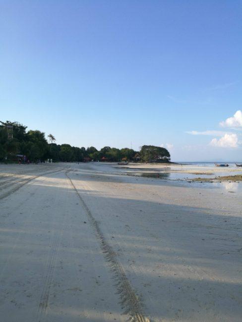 プーケットからピピ島へフェリーから降りるとホリディーインピピアイランドの迎えトラックで走るビーチ